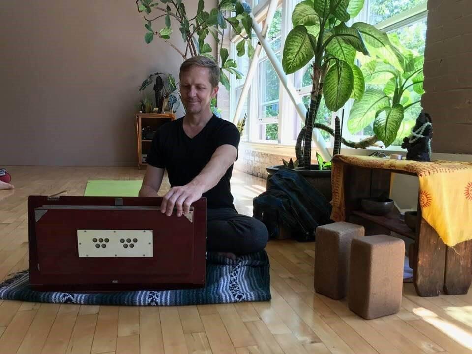 Memories : Douglas Ridings à 8Limbs Yoga Seattle